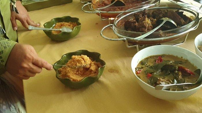 Gubernur DKI Jakarta Anies Baswedab saat memperlihatkan beberapa menu hidangan yang disajikan di rumahnya di kawasan Lebak Bulus, Jakarta Selatan, Kamis (13/5/2021).