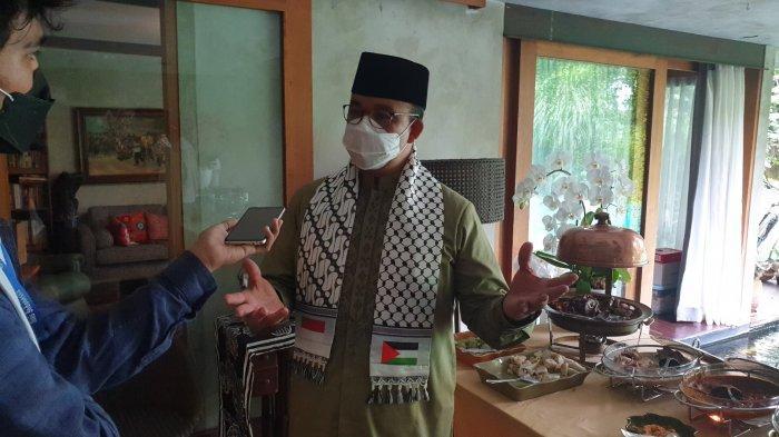 Gubernur DKI Jakarta Anies Baswedan tampak mengenakan sorban berbendera Palestina saat ditemui di rumahnya di kawasan Lebak Bulus, Jakarta Selatan, Kamis (13/5/2021).
