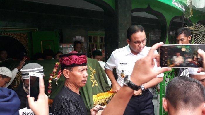 KunjungiRumah Peserta Aksi 22 Mei yang Meninggal Dunia di Tambora, Anies Tandu Jenazah