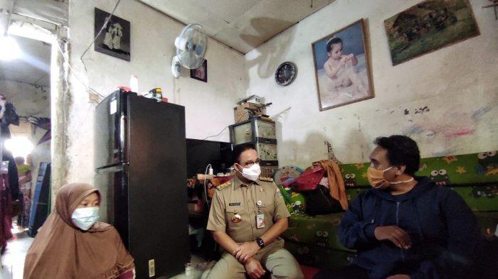 Takziah ke Rumah Duka Korban Banjir, Gubernur Anies: Genangan Banjir Bukan Kolam Bermain - anies-temui-keluarga-korban-banjir-1.jpg