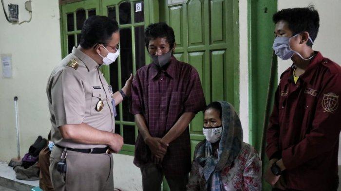 Takziah ke Rumah Duka Korban Banjir, Gubernur Anies: Genangan Banjir Bukan Kolam Bermain - anies-temui-keluarga-korban-banjir-2.jpg