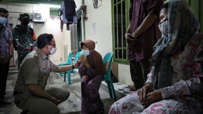 Takziah ke Rumah Duka Korban Banjir, Gubernur Anies: Genangan Banjir Bukan Kolam Bermain - anies-temui-keluarga-korban-banjir-3.jpg