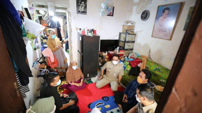 Takziah ke Rumah Duka Korban Banjir, Gubernur Anies: Genangan Banjir Bukan Kolam Bermain - anies-temui-keluarga-korban-banjir.jpg