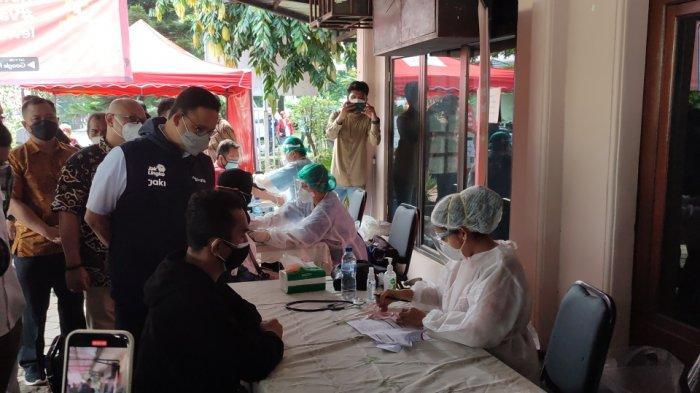 Gubernur DKI Jakarta Anies Baswedan saat meninjau pelaksanaan vaksinasi covid di Gereja Kristen Jawa Gandaria, Pasar Rebo, Jakarta Timur, Sabtu (31/7/2021).
