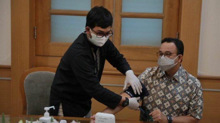 Gubernur DKI Jakarta Anies Baswedan saat disuntik dosis kedua vaksin Covid-19.