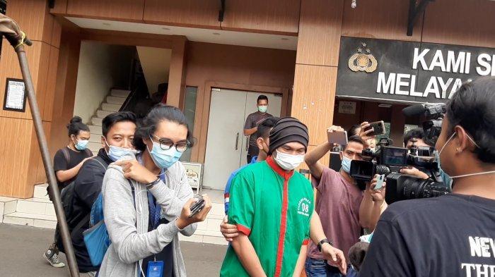 Polisi membawa Musikus Anji ke kantor Badan Narkotika Nasional (BNN) DKI Jakarta, pada pukul 12.40 WIB, Kamis (17/6/2021).