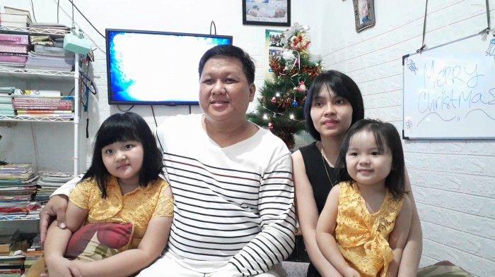 Anton Syahputra (36) bersama istri Wanly (33) serta dua anaknya, Flo (8) dan Feora (3), saat ditemui di rumahnya di Jurang Mangu Timur, Pondok Aren, Tangerang Selatan, Banten, Jumat (25/12/2020). Dalam perayaan Natal kali ini, Anton dan keluarga menjalani misa secara live streaming.