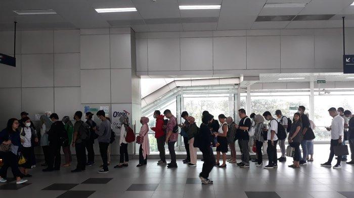 Deretan Foto Antrean Penumpang di Stasiun MRT Fatmawati Mengular