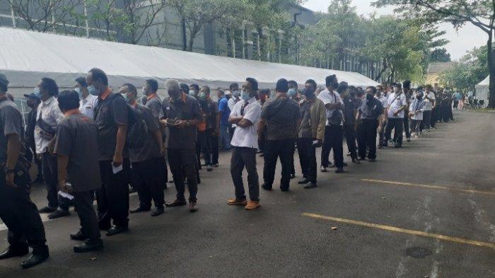 Antrean vaksinasi massal di Sport Center Alam Sutera, Serpong Utara, Tangerang Selatan (Tangsel), Selasa (15/6/2021).