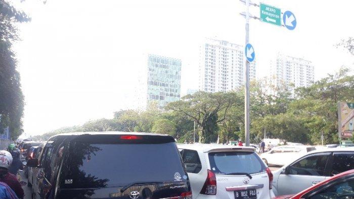 Hari Terakhir Jakarta Fair, Antrean Masuk Kendaraan Padat Merayap
