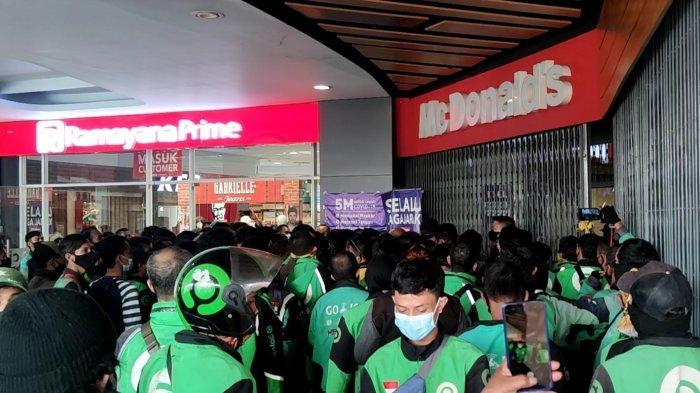 Antrean pengunjung di McDonald Plaza Depok, Rabu (9/6/2021).