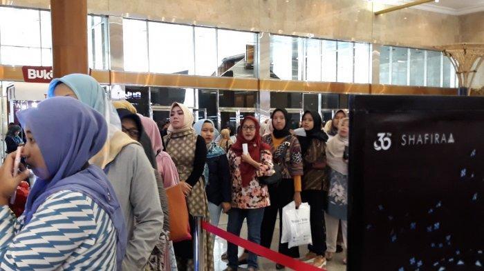 Brand Shafira Bagi-bagi Hijab Gratis di Indonesia Fashion Week 2019