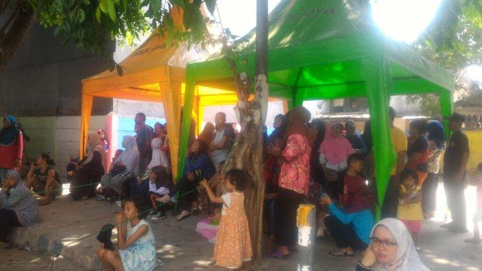 Antrean pengambilan sembako murah bagi pemegang Kartu Jakarta Pintar (KJP) di Pasar Koja Baru hari ini tampak ramai, Rabu (10/10/2018).