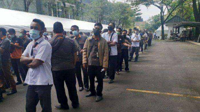 Antrean Vaksinasi Massal di Tangerang Selatan Membeludak, Wali Kota: Wapres Hadir Warga Antusias