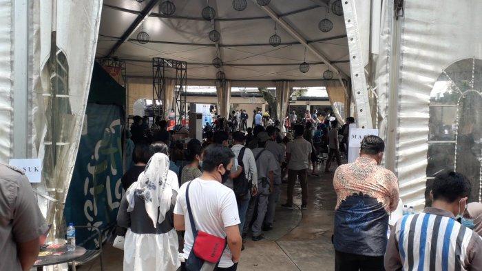 Penampakan Antrean Mengular Tak Jaga Jarak Vaksinasi Covid-19 Pedagang Pasar Tangsel di Alam Sutera