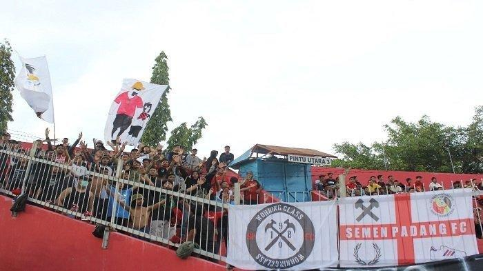 ANTUSIASME Suporter Padang Fans Beri Dukungan untuk Semen Padang FC dalam satu pertandingan di stadion baru-baru ini