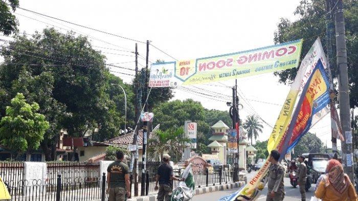 Jelang Tahun Baru 2020, Satpol PP Ciputat Timur Copoti Pamflet Ilegal di Tangerang Selatan
