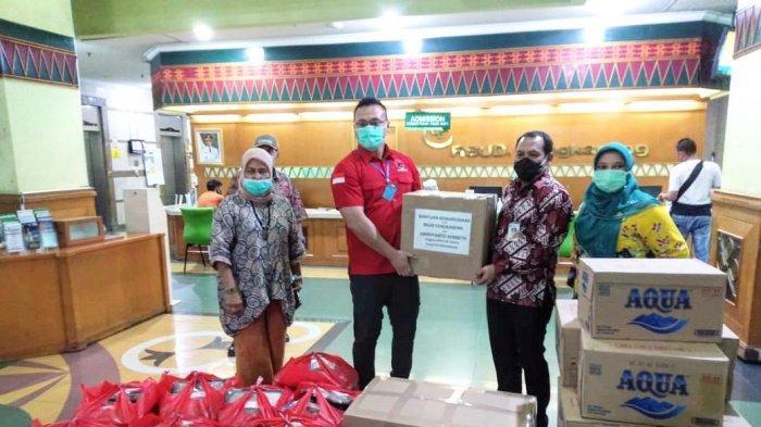 Bayar Nazar, Anggota DPRD DKI Jakarta Kenneth Sumbang APD untuk Tenaga Medis dan 3.000 Paket Sembako