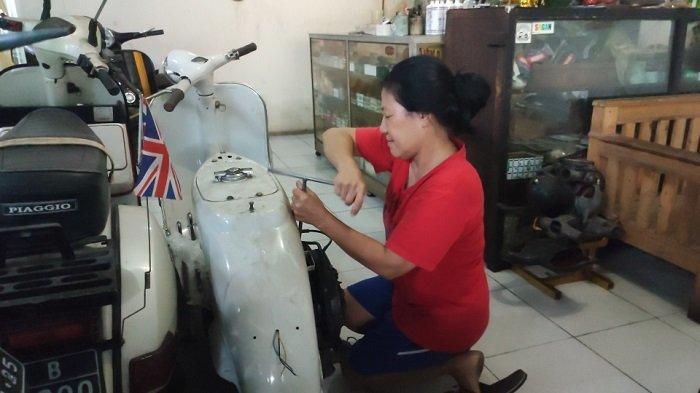 Aphin, montir vespa klasik di wilayah Duren Sawit, Jakarta Timur, Rabu (15/9/2021)