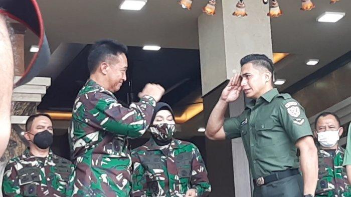 Momentum Serda Aprilio Perkasa Manganang menangis bahagia memeluk KSAD Andika Perkasa, di Mabes AD, Jakarta Pusat, Jumat (19/3/2021).