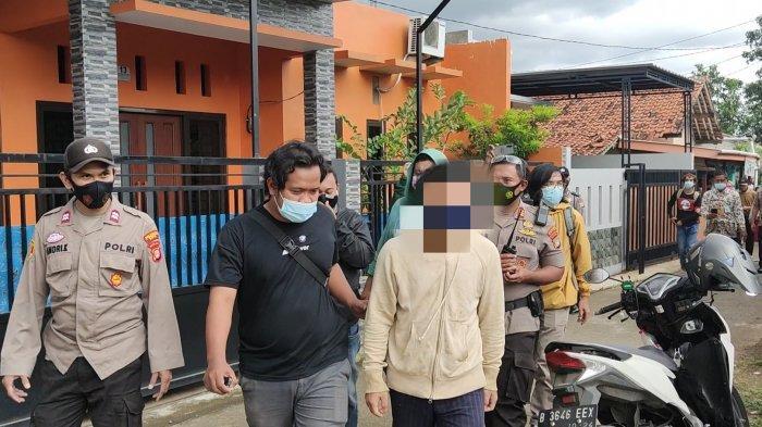 Terduga pelaku AR ketika diamankan dari kediamannya, Kamis (28/1/2021)
