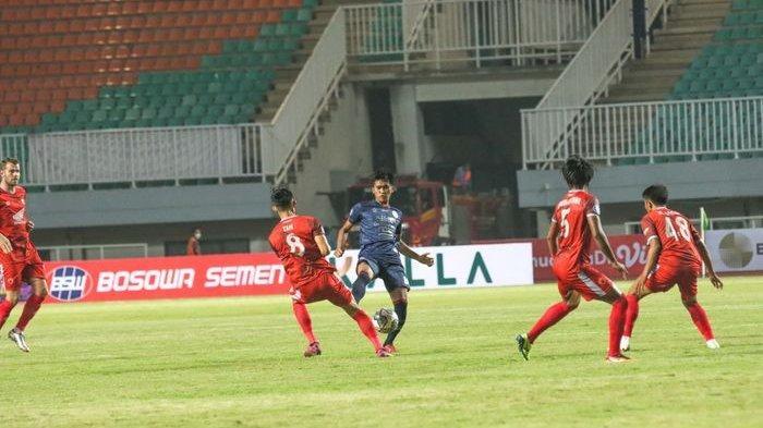 Arema FC vs PSM Makassar pada Liga 1 2021/2022 di Stadion Pakansari, Cibinong, Bogor, Minggu (5/9/2021).