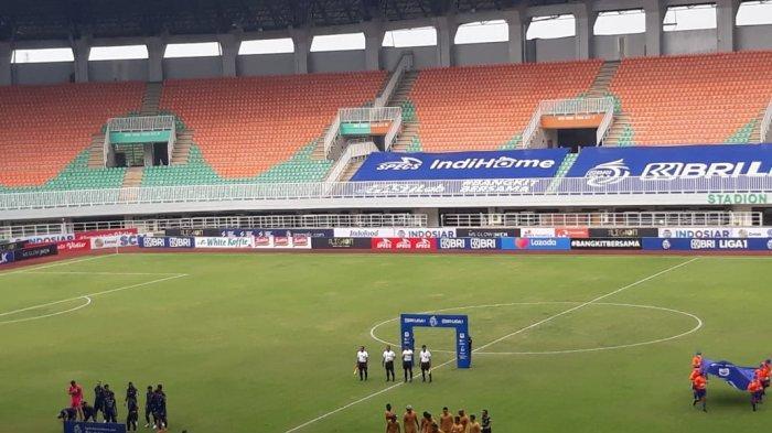 Suasana pertandingan Arema FC vs Bhayangkara FC di stadion pakansari, Bogor