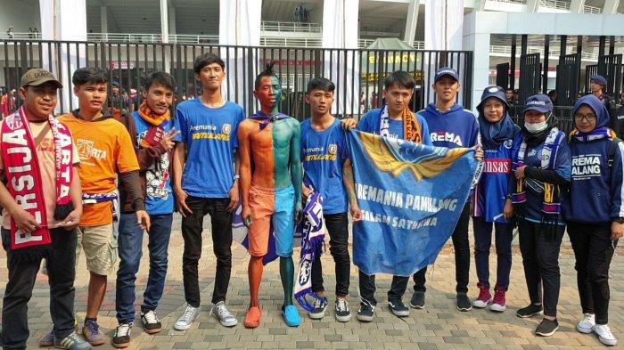 Bentuk Solidaritas Jakmania dan Aremania, Suporter Ini Rela Tubuhnya di Cat Biru dan Oranye