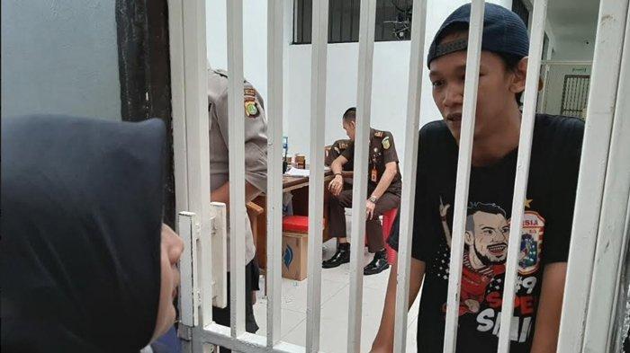 Keluarga Sebut Polisi Tidak Tunjukkan Surat Penangkapan Saat Amankan Sopir Taksi Online Ari Darmawan