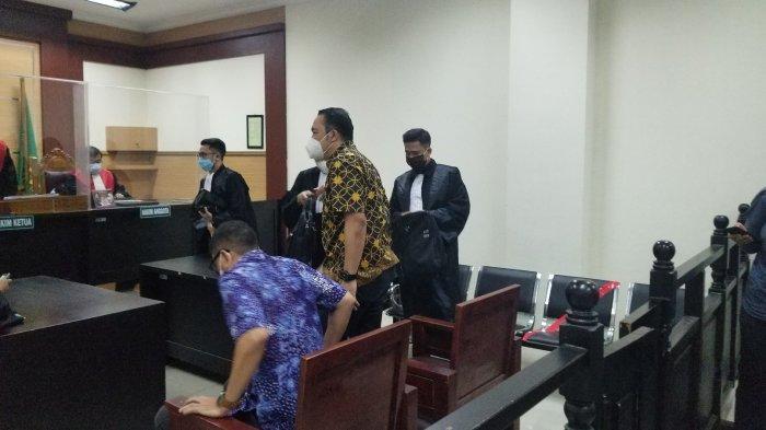 Mantan Direktur Utama PT Garuda Indonesia, I Gusti Ngurah Askhara (batik hitam kuning) divonis satu tahun penjara oleh Hakim Ketua Nielson Panjaitan di ruang 4 Pengadilan Negeri Tangerang, Senin (14/6/2021).