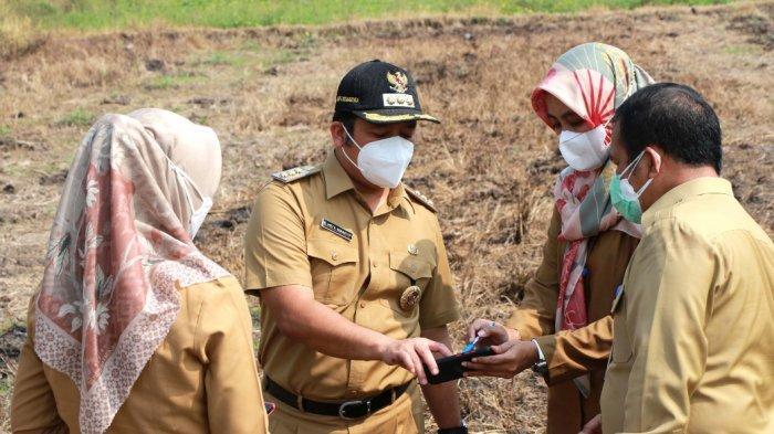 Wali Kota Tangerang, Arief R Wismansyah saat meninjau lokasi yang berada di wilayah Kelurahan Kedawung Wetan, Neglasari, Senin (5/7/2021).