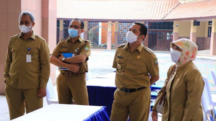 Wali Kota Tangerang saat meninjau tempat vaksinasi Covid-19 tahap kedua untuk pekerja pelayanan publik di Pemerintah Kota Tangerang, Rabu (24/2/2021).