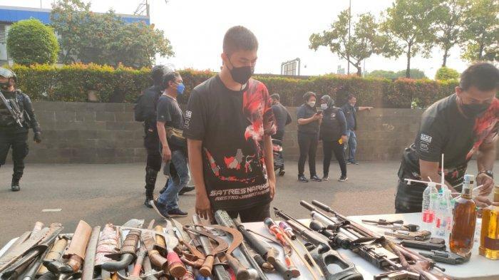Wakasat Narkoba Polres Metro Jakarta Barat AKP Arif Oktora saat mengecek barang bukti yang diamankan dari penggerebekan Kampung Ambon, Sabtu (8/5/2021).