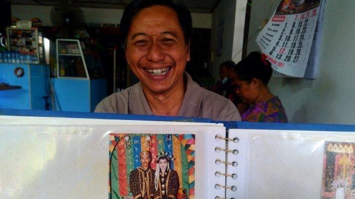 Arinto Prasetya (51) keponakan Komjen Agus Andrianto sekaligus kawan masa kecil menunjukkan foto pernikahan Komjen Agus Andrianto