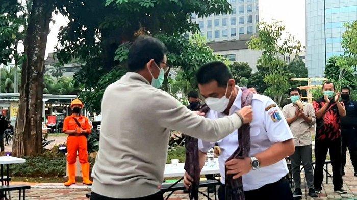 Sandiaga Uno Berikan Syal Khas Samosir untuk Ahmad Riza Patria