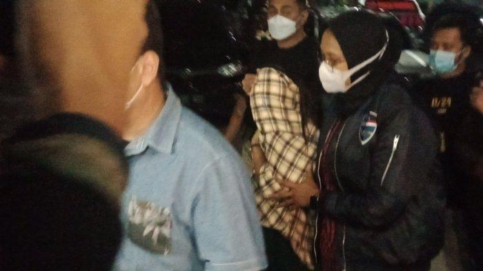 Artis FTV berinisial TA saat diamankan polisi dan dibawa ke Mapolda Jabar.