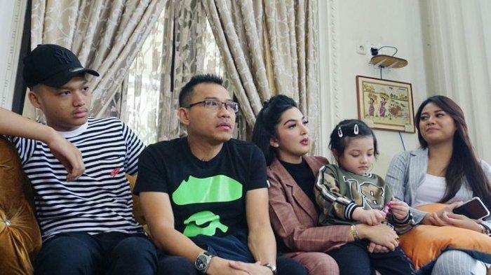 Artis musik Anang Hermansyah bersama Ashanty Siddik, Azriel, Aurelie dan Arsy di kediaman mereka di kawasan Cinere, Depok, Jawa Barat, Jumat (7/6/2019)
