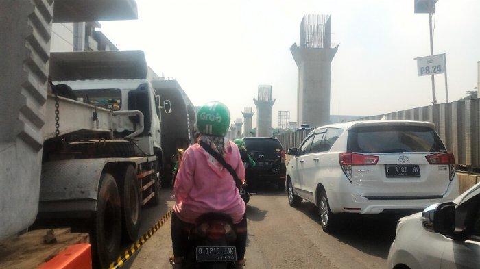 Ada Kontainer Parkir di Pinggir Jalan, Arus Kendaraan di Jalan Boulevard Raya Padat