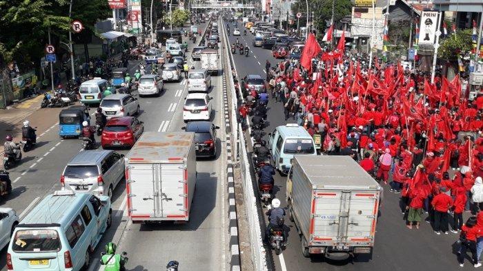 Demo Massa PDI Perjuangan, Lalu Lintas Depan Mapolrestro Jakarta Timur Macet