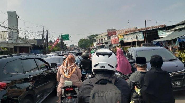 Arus lalu lintas Jalan Aria Putra, Ciputat, Tangerang Selatan (Tangsel), macet total pada Kamis (13/5/2021) pagi.