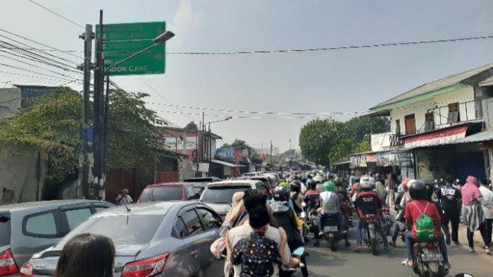 Peziarah Padati TPU Kedaung, Jalan Aria Putra Ciputat Macet Total