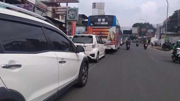 Didominasi Mobil Berpelat B dan D, Lalulintas Bandung Arah Lembang Padat Siang Ini