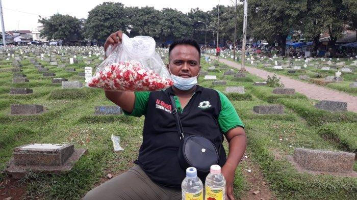 Ratapan Pedagang Bunga Tabur di TPU Prumpung, Lihat Dagangan Membusuk Dampak Ziarah Dilarang