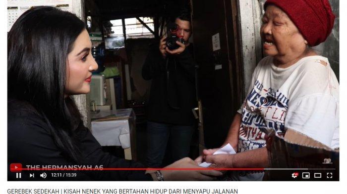 Ashanty dan Aurel Beri Sedekah Berupa Sembako, Nenek Koli: Kok Tahu Nama Saya?