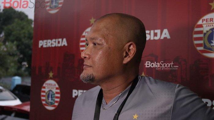 Asisten Pelatih Persija Jakarta, Sudirman, ketika diwawancarai oleh wartawan pasca latihan di Lapangan Sutasoma, Halim, Jakarta Timur (11/3/2020)