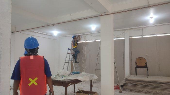 Suasana renovasi di Asrama Haji Pondok Gede, Makasar, Jakarta Timur yang akan dijadikan tempat isolasi mandiri bagi pasien Covid-19 dengan status OTG, Rabu (7/7/2021).