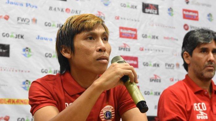Gelandang bertahan Persija Jakarta, Asri Akbar, saat memberikan keterangan kepada awak media di Hotel Batiqa, Cikarang, Jawa Barat, Jumat (9/11/2018).