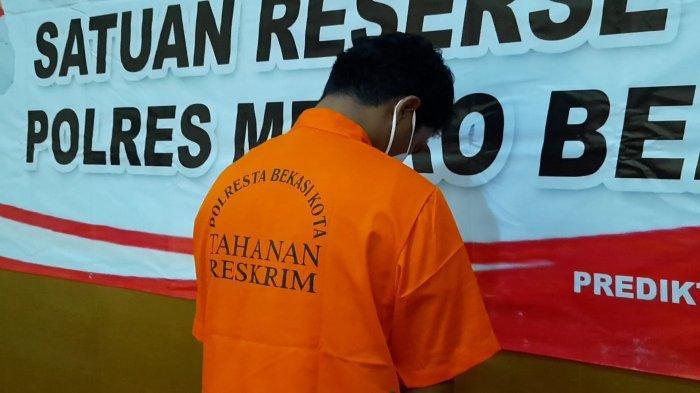 Tersangka kasus pencabulan AT (21) yang merupakan anak anggota DPRD Kota Bekasi saat di Polres Metro Bekasi Kota, Jumat (21/5/2021).