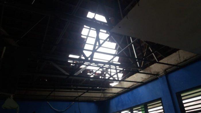 BREAKING NEWS SMPN 16 Depok Rusak Diterjang Puting Beliung, Try Out Terganggu Hingga Atap Roboh