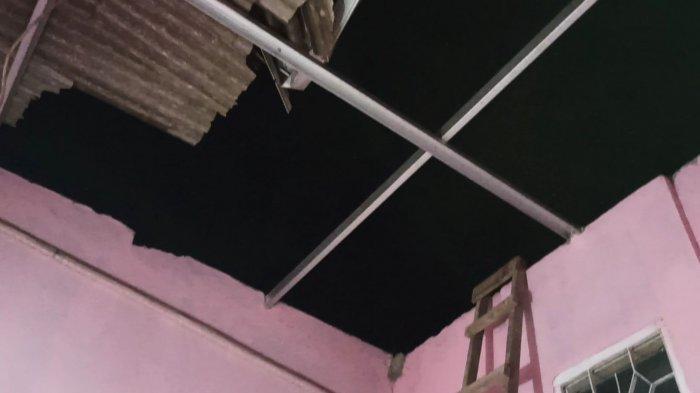 Salah satu bagian atap rumah warga yang rusak terkena terjangan angin puting beliung di RW 07 Kelurahan Tugu Selatan, Koja, Jakarta Utara, Selasa (20/10/2020).